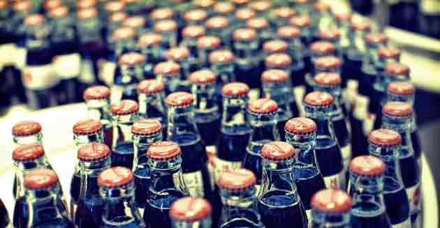 L'inimitable bouteille «Contour» de Coca-Cola fête ses 100 ans