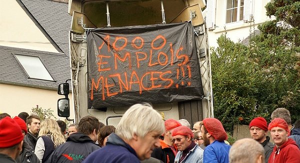 Volaille: Les salariés de Tilly-Sabco distribuent du poulet devant la mairie de Morlaix