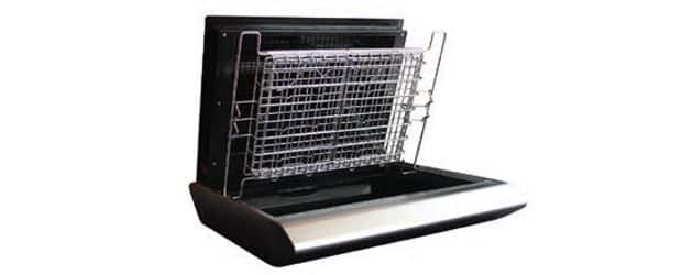 FUSIO, de ERBERHARDT FRERES. C'est un grill à infrarouge électrique avec un système du plan incliné, qui permet aux graisses de couler par gravité à l'opposé de la source de chaleur. Cela réduit considérablement les fumées.