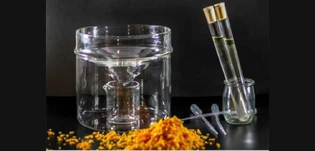 RAPID'DISTIL Cela permet la distillation personnalisée d'huiles essentielles et d'hydrolats grâce à des produits hachés. Grâce à un système de cône hermétique rempli de glaçons et de four micro-ondes, l'huile se sépare de l'hydrolat et les deux produits sont utilisables en cuisine , en cocktail ou pâtisserie ensuite. Les déchets type zest d'agrumes, pétales de fleurs, plantes aromatiques, peau de pomme peuvent ainsi être valorisés.