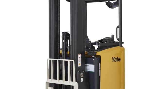 Manutention : Yale étend sa gamme de chariots à mât rétractable avec des modèles à mât inclinable